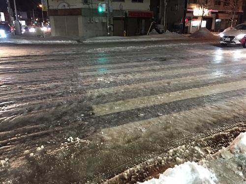 札幌市内で発生した「つるつる路面」