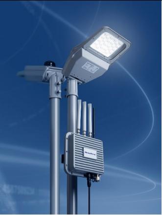 写真1:無線機能付き高効率LED道路灯